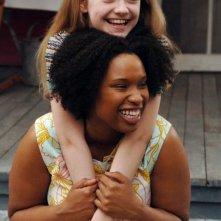 Dakota Fanning e Jennifer Hudson in una scena del film La vita segreta delle api