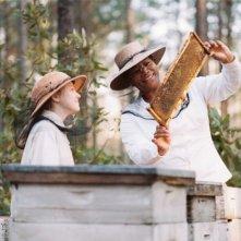 Dakota Fanning e Queen Latifah in una scena del film La vita segreta delle api