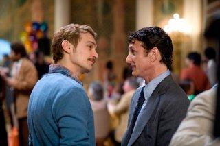 James Franco e Sean Penn in una scena del film Milk
