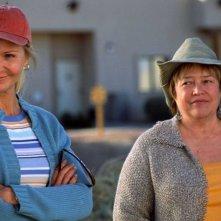 Joan Allen e Kathy Bates in una scena del film Quel che resta di mio marito
