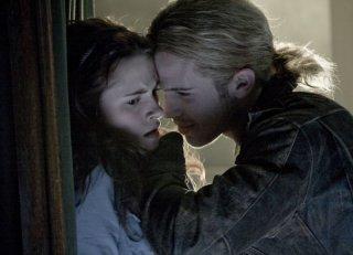 Kristen Stewart e Cam Gigandet in una scena del film Twilight