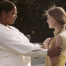 Queen Latifah e Dakota Fanning in una scena del film La vita segreta delle api