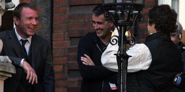 Robert Downey jr (di spalle) con Guy Ritchie, regista di Sherlock Holmes, sul set del film