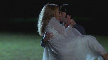 Anna Paquin e Stephen Moyer in un'immagine dell'episodio Cold Ground della prima stagione della serie True Blood
