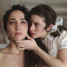 Karina Testa e Maud Forget in una scena del film Frontière(s)