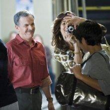 Tony Plana insieme ad altri membri del cast nell'episodio 'Granny Pants' della serie tv Ugly Betty