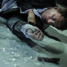 Greg Bryk in una scena del film Saw V