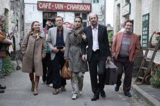 Anne Marivin, Guy Lecluyse, Dany Boon, Zoe Felix, Kad Merad e Philippe Duquesne in una scena del film Giù al nord