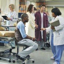 Chandra Wilson, Carl Lumbly , Sandra Oh ed Ellen Pompeo nell'episodio 'There's No 'I' in Team' della serie tv Grey's Anatomy