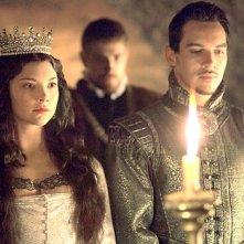 Jonathan Rhys Meyers e Natalie Dormer in una sequenza della seconda stagione del serial I Tudors - Scandali a corte