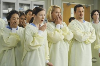 Justin Chambers  con Katherin Heigl e Sandra Oh in una scena dell'episodio 'Life During Wartime' della serie tv Grey's Anatomy