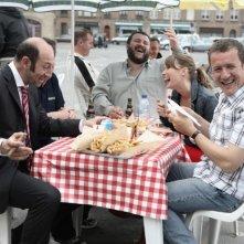 Kad Merad, Guy Lecluyse, Anne Marivin e Dany Boon in una scena del film Giù al nord