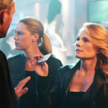 Marg Helgenberger e Lauren Lee Smith durante una scena dell'episodio 'Let it bleed' della nona stagione di CSI Las Vegas