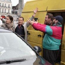 Zoe Felix, Dany Boon, Philippe Duquesne e Guy Lecluyse in una scena del film Giù al nord