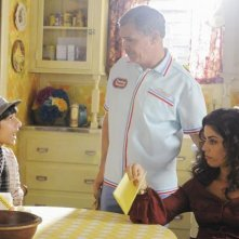 Ana Ortiz e Tony Plana con Mark Indelicato  in una scena dell'episodio 'Tornado Girl' della serie tv Ugly Betty