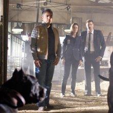 Cesar Millan insieme a Emily Deschanel e David Boreanaz sullo sfondo nell'episodio 'The Finger in the Nest' della quarta stagione di Bones
