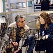 Cesar Millan insieme a Emily Deschanel nell'episodio 'The Finger in the Nest' della quarta stagione di Bones