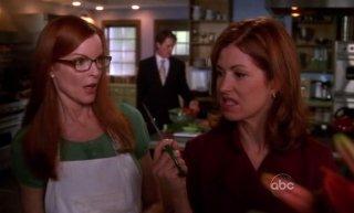 Dana Delany minaccia Marcia Cross nell'episodio 'Back in Business' della serie tv Desperate Housewives
