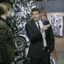 David Boreanaz e, di spalle, Emily Deschanel durante una scena dell'episodio 'The Skull in the Sculpture' della quarta stagione di Bones