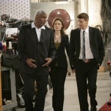 David Boreanaz insieme a Emily Deschanel e Richard Gant nell'episodio 'Man in the Outhouse' della quarta stagione di Bones