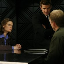 David Boreanaz insieme a Emily Deschanel mentre interrogqano un sospettato nell'episodio 'Man in the Outhouse' della quarta stagione di Bones