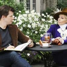 Judith Light insieme a Eric Mabius nella serie tv Ugly Betty, episodio: Tornado Girl