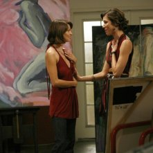 Michaela Conlin con Nichole Hiltz durante una sequenza dell'episodio 'The Skull in the Sculputre' della serie tv Bones