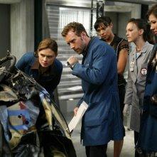 Michaela Conlin, Emily Deschanel, T.J. Thyne e Tamara Taylor mentre esaminano un'auto contenente resti umani nell'episodio 'The Skull in the Sculputre' della serie tv Bones
