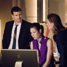 Michaela Conlin insieme a Emily Deschanel e David Boreanaz nell'episodio 'The Finger in the Nest' della quarta stagione di Bones