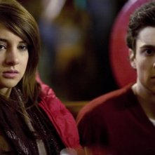 Shailene Woodley e Ken Baumann in una sequenza del serial La vita segreta di una teenager americana
