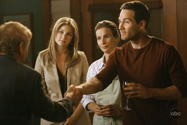 Emily Vancamp Luke Mcfarlane E Rachel Griffiths In Un Momento Dell Episodio Going Once Going Twice Della Serie Tv Brothers Sisters 93865
