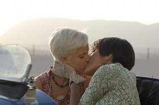 La scena del bacio tra Caterina Murino e Mena Suvari in una scena di The Garden of Eden