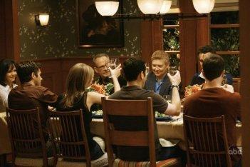 Una cena in famiglia nell'episodio 'Going Once...Going Twice' della serie tv Brothers & Sisters