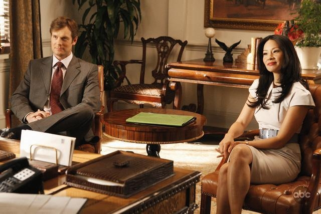 Lucy Liu Con Il Collega Peter Krause Nell Episodio The Verdict Della Serie Tv Dirty Sexy Money 93940