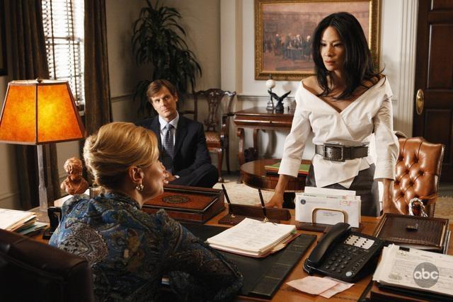 Lucy Liu Insieme A Peter Krause Nell Episodio The Verdict Della Serie Tv Dirty Sexy Money 93939
