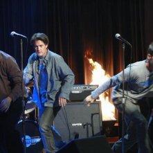 Doug Savant, James Denton e Kyle MacLachlan in una scena dell'episodio City on Fire della serie Desperate Housewives.