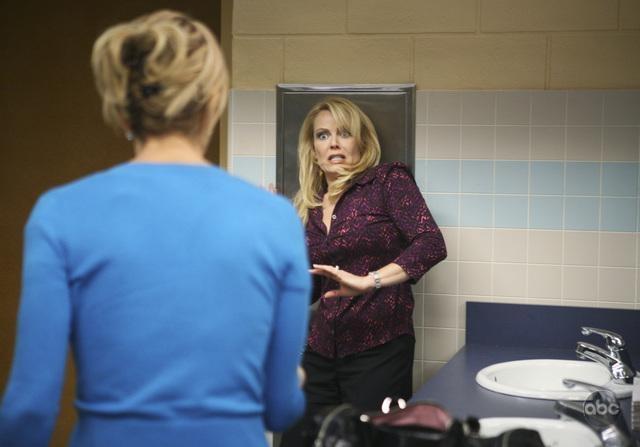 Felicity Huffman Di Spalle In Una Scena Dell Episodio What More Do I Need Della Serie Desperate Housewives 94091