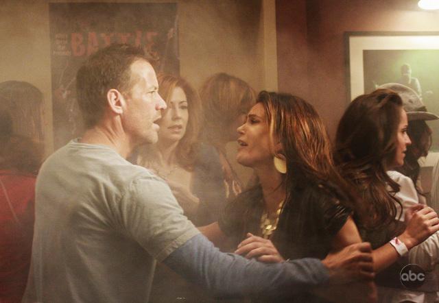 James Denton Teri Hatcher E Dana Delany In Una Scena Drammatica Dell Episodio City On Fire Della Serie Desperate Housewives 94084