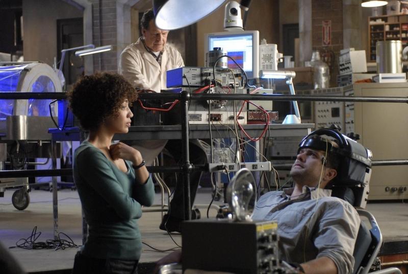 Jasika Nicole Joshua Jackson E John Noble In Un Momento Dell Episodio In Which We Meet Mr Jones Di Fringe 94062
