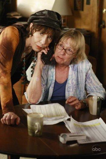 Kathryn Joosten in una scena dell'episodio What More Do I Need? della serie Desperate Housewives