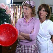 Maria Amelia Monti con Angela Finocchiaro in una scena del film tv Finalmente a casa