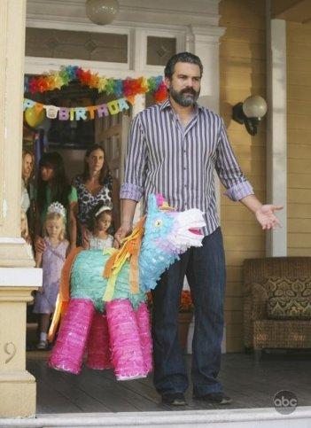 Ricardo Chavira con una coloratissima piñata in una sequenza dell'episodio What More Do I Need? del serial Desperate Housewives