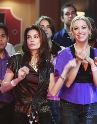 Teri Hatcher e Andrea Bowen in una scena dell'episodio City on Fire della serie Desperate Housewives.