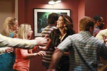 Teri Hatcher in una scena drammatica dell'episodio City on Fire della serie Desperate Housewives.