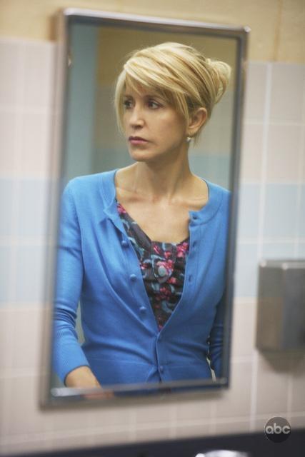Una Bella Immagine Di Felicity Huffman In Una Scena Dell Episodio What More Do I Need Della Serie Desperate Housewives 94088
