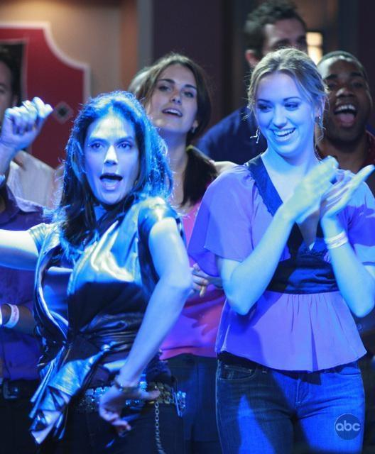 Una Scatenata Teri Hatcher Insieme Ad Andrea Bowen In Una Scena Dell Episodio City On Fire Della Serie Desperate Housewives 94081