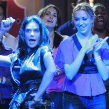 Una scatenata Teri Hatcher insieme ad Andrea Bowen in una scena dell'episodio City on Fire della serie Desperate Housewives.