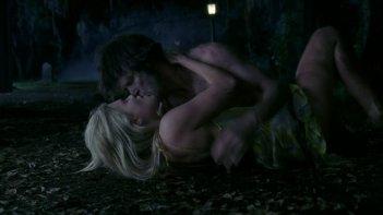 Anna Paquin e Stephen Moyer in una scena dell'episodio The Fourth Man in the Fire di True Blood