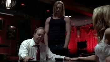 Michael McCafferty, Alexander Skarsgård ed Anna Paquin in una scena dell'episodio The Fourth Man in the Fire di True Blood