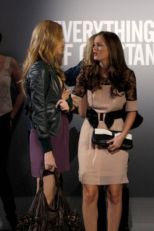 Blake Lively Di Spalle E Leighton Meester In Un Momento Dell Episodio Pret A Poor Jenny Della Serie Gossip Girl 94382